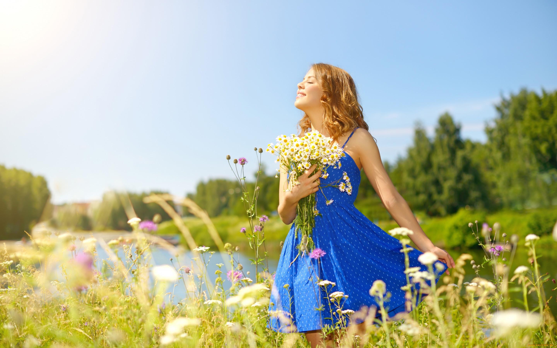 девушки, -unsort , рыжеволосые и другие, солнце, цветы, деревья, глаза, прическа, девушка, небо, лето, букет, стоит, речка, платье, ромашки, природа